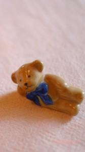 ひと休みするクマの置物のiPhone用壁紙画像2