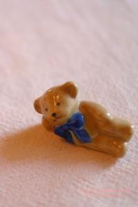 ひと休みするクマの置物のiPhone用壁紙画像1